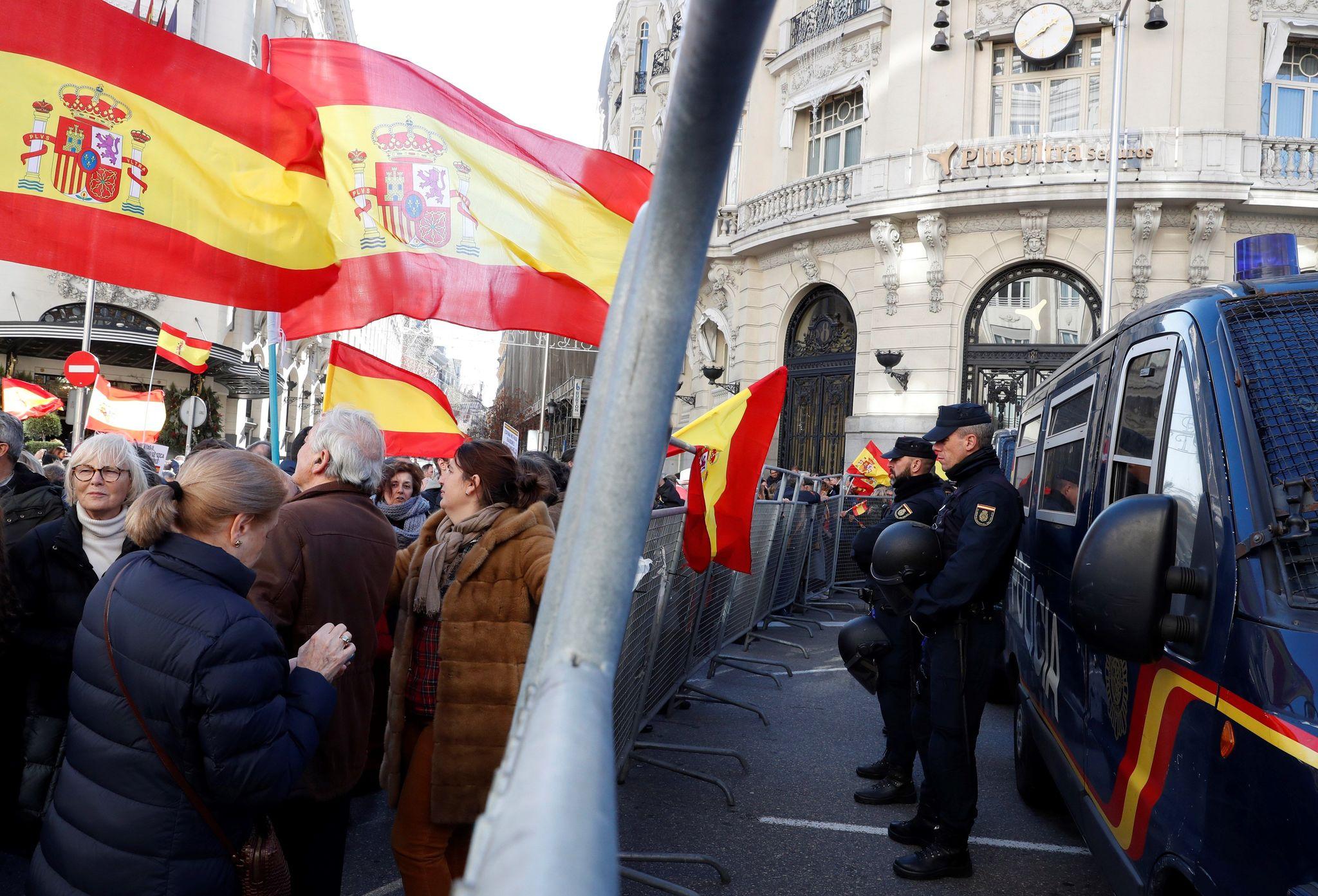 Participantes en la manifestación, ante las vallas colocadas por la Policía ante el Congreso.