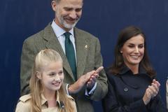 Los reyes Felipe y Letizia y su hija, la infanta Leonor de Borbón, durante una visita a Asiego (Asturias), en octubre de 2019.