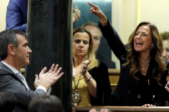 Teresa Jiménez Becerril grita desde su escaño durante una de las intervenciones de Pedro Sánchez en el debate de investidura.
