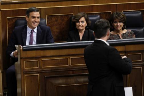 Pedro Sánchez sonríe a Gabriel Rufián al pasar delante de la bancada azul.