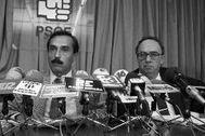 Han pasado casi 33 años de esta imagen. A la izquierda, Pedro Bofill. Era el 20 de octubre de 1987. Su bigote es muy de la época; también las gafas de Fernando Múgica, asesinado por ETA nueve años después. Entonces Bofill era portavoz del PSOE. Antes había dado clases de Políticas en la Complutense. Aún no se ha jubilado: trabaja en el Consejo Económico y Social.