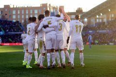 Los jugadores del Madrid celebran el gol de Varane.