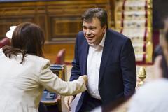 Tomás Guitarte se dirige a saludar a Adriana Lastra durante el debate de investidura.