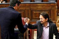 Pablo Iglesias saluda al candidato a la presidencia, Pedro Sánchez, al finalizar su intervención.