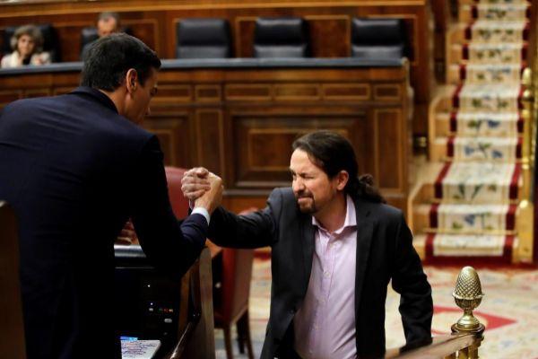 Pablo Sanchez guiña un ojo y estrecha la mano a Pedro Sánchez tras su intervención.