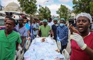 Una niña herida es llevada a un avión para ser evacuada desde Mogadiscio, Somalia, a Turquía.