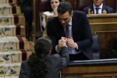 Pablo Iglesias saluda a Pedro Sánchez, tras su intervención.