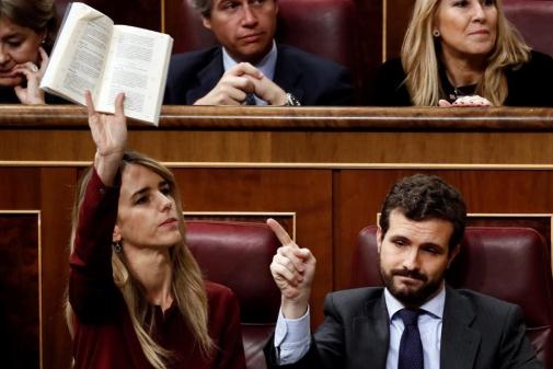 Cayetana Álvarez de Toledo y Pablo Casado exhiben el Reglamento del Congreso para protestar por la intervención de Bildu.