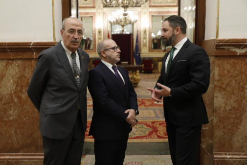 Santiago Abascal, con los diputados Francisco José Alcaraz y Francisco José Alcaraz, víctimas de ETA.