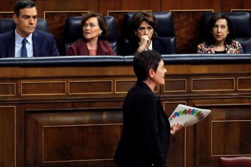 Pedro Sánchez observa a Mertxe Aizpurua tras su discurso.