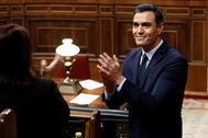 Pedro Sánchez aplaude a sus compañeros del PSOE en la segunda sesión del debate de investidura.