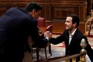 El coordinador de Izquierda Unida, Alberto Garzón, saluda a Pedro Sánchez durante el debate de investidura.