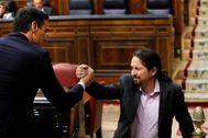 Pedro Sánchez y Pablo Iglesias se dan la mano en la primera sesión del debate de investidura.