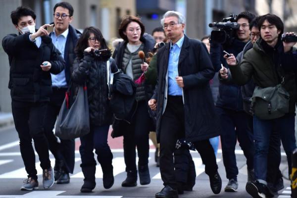 31 DE DICIEMBRE: Periodistas japoneses rodean a uno de los abogados de Carlos Ghosn después de que el ex presidente del grupo Nissan anunciase que había conseguido huir de Japón dos días antes, el 29 de diciembre.