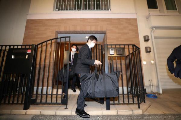 2 DE ENERO: La policía japonesa accede al domicilio del magnate del sector de la automoción en Tokyo en busca de pruebas y pistas para tratar de esclarecer cómo fue capaz de salir de Japón.