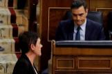 El candidato a la Presidencia del Gobierno, Pedro Sánchez, observa a la portavoz de EH Bildu, Mertxe Aizpurua.