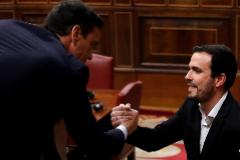 El coordinador de Izquierda Unida, Alberto Garzón saluda al candidato a la Presidencia del Gobierno, Pedro Sánchez (i), tras su intervención ante el pleno del Congreso de los Diputados en la primera jornada de la sesión de investidura de Pedro Sánchez.