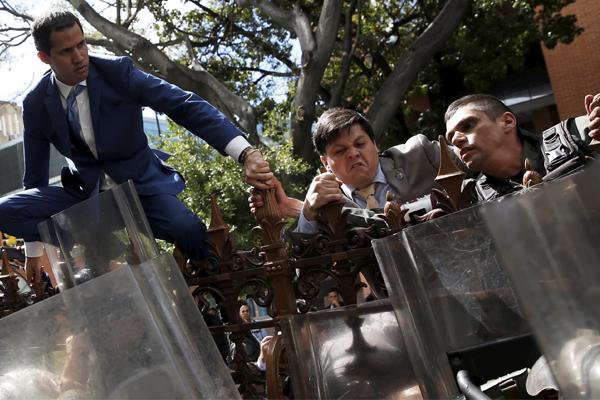 Juan Guaidó, tratando de entrar en la Asamblea.