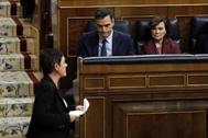 La portavoz de EH Bildu, Merche Aizpurúa, pasa delante del presidente del Gobierno en funciones, Pedro Sánchez, tras su discurso, este domingo, en el Congreso.