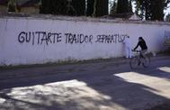 Un operario municipal borra una pintada contra el diputado de Teruel Existe, Tomás Guitarte.