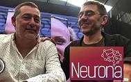 César Hernández (Neurona) sonríe junto a Juan Carlos Monedero (Podemos).