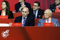 GRAF152 LAS ROZAS (MADRID).- El presidente de la Real Federación Española de Fútbol (RFEF), <HIT>Luis</HIT> <HIT>Rubiales</HIT> (i), junto al vicepresidente de la RFEF, Antonio Suárez Santana, durante la Asamblea general extraordinaria de la RFEF, este lunes en Las Rozas (Madrid).
