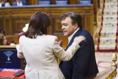 El diputado de Teruel Existe, Tomás Guitarte, saluda a la portavoz del PSOE, Adriana Lastra, en el debate de investidura, en el Congreso.