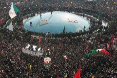 Guardias iraníes rodean el ataúd del general Qasem Soleimani y otros víctimas en un funeral multitudiario en Teherán