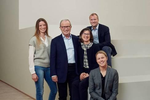 Kjeld Kirk Kristiansen (c) y su mujer, Camilla, con sus hijos: Sofie (de pie), Thomas y Agnete.