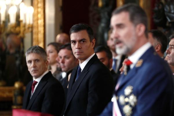 """El Rey subraya ante Sánchez el """"compromiso"""" de las Fuerzas Armadas """"con España y la Constitución"""""""