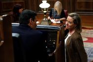 La diputada de Coalición Canaria, Ana Oramas, habla con el candidato del PSOE a la presidencia del Gobierno, Pedro Sánchez, el sábado, en el Congreso.
