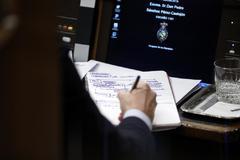 Pedro Sánchez toma notas durante el primer debate de investidura