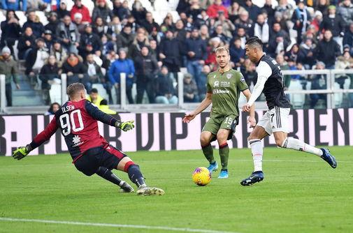 Turin (Italy).- Juventus&amp;apos;Äô <HIT>Cristiano</HIT> Ronaldo (R) scores...