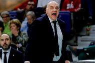 GRAF8285. MADRID.- El entrenador del Real Madrid, Pablo <HIT>Laso</HIT>, da instrucciones durante el partido de Liga Endesa ante el Valencia Basket, que se disputa este lunes en el Wizink Center.