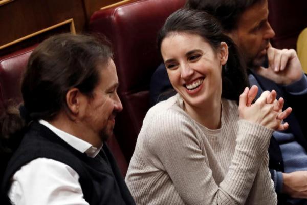 El secretario general de Podemos, Pablo Iglesias, y la diputada Irene...