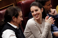 El secretario general de Podemos, Pablo Iglesias, y la diputada Irene Montero, en el debate de investidura de Pedro Sánchez.