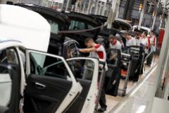 Un grupo de empleados trabaja en una línea de montaje de la planta de Seat en Martorell, Barcelona.