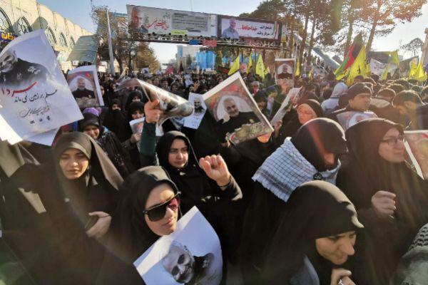 Mujeres iraníes con retratos de Qasem Soleimani.