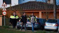 La policía investiga en el domicilio de Vilibí d'Onyat donde fueron asesinadas dos niñas por su madre. EDDY KELELE