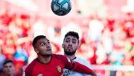 Sedlar pelea con Munir por un balón durante el Mallorca-Munir. EFE