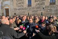 Paco Núñez, presidente del PP de Castilla-La Mancha, atiende a los periodistas frente al Palacio de Fuensalida (Toledo).