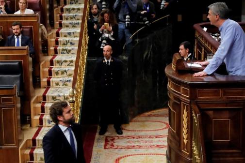 Iván Espinosa de los Monteros, junto al resto de diputados de Vox, abandona el hemiciclo durante la intervención de Oskar Matute.
