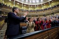 Pedro Sánche aplaude tras su elección como presidente en segunda votación. Juan Carlos Hidalgo EFE