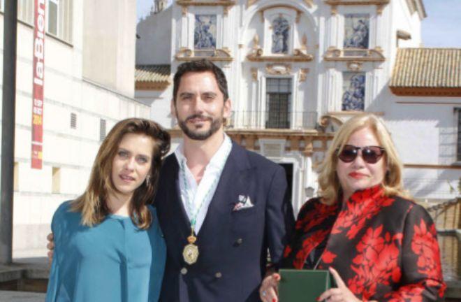 Carmina, a la derecha, con sus dos hijos, María y Paco.
