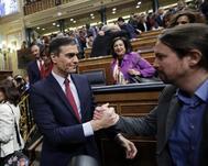 Pedro Sánchez y Pablo Iglesias se felicitan tras la votación.