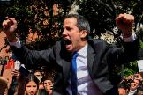 Juan Guaidó, grita rodeado de periodistas al intentar entrar en la Asamblea Nacional.