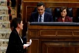 El candidato a la Presidencia del Gobierno, Pedro Sánchez, observa a la portavoz de EH <HIT>Bildu</HIT>, Mertxe Aizpurua.
