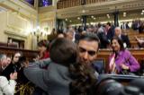 Pedro Sánchez y Pablo Iglesias se dan un abrazo tras la votación.