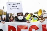 Vecinos de Vallecas se manifiestan contra la acogida de basuras en Valdemingómez