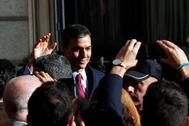 El candidato socialista Pedro Sánchez, que logró este martes la confianza del Congreso para un nuevo mandato como presidente del Gobierno, abandona la Cámara Baja.